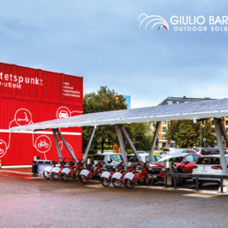 Ladeplass med plass til 8 e-biler og diverse el-sykler.